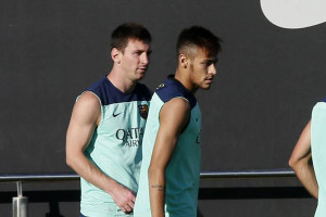 Messi waiting behind Neymar Jr., in Barcelona training in 2013