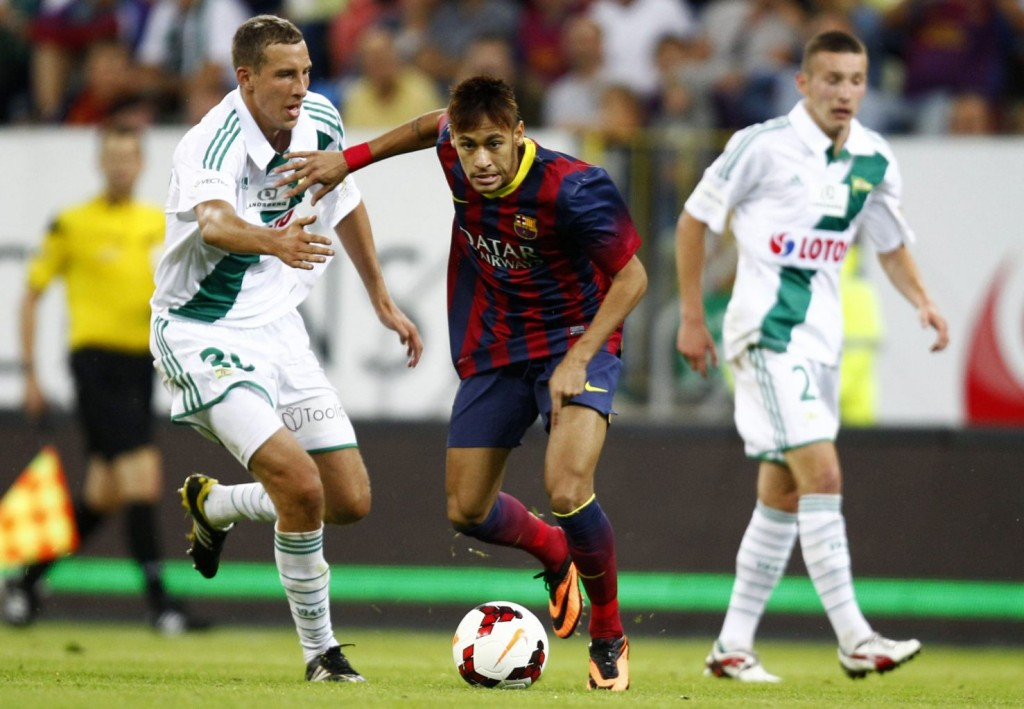 Neymar getting away from two defenders, in Barcelona vs Lechia Gdansk