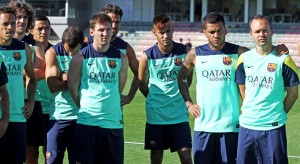 Neymar listening to the coach, with Messi, Fabregas, Daniel Alves and Iniesta, in Barcelona training in 2013