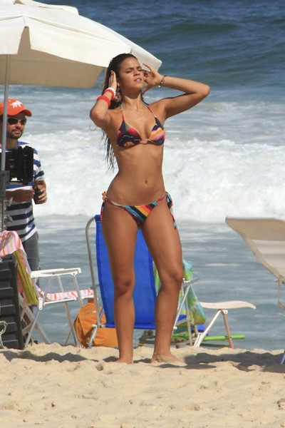 Bruna Marquezine pulling her hair back in the beach, in a Brazilian bikini