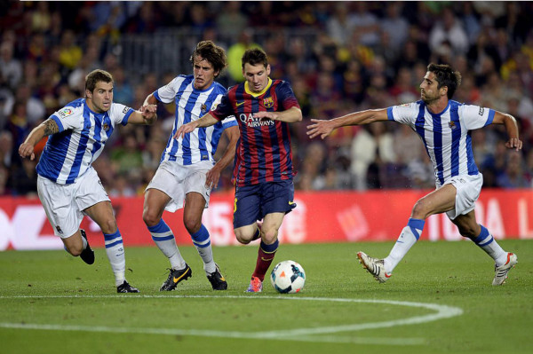 Lionel Messi dribbling and escaping 3 defenders, in Barcelona vs Real Sociedad