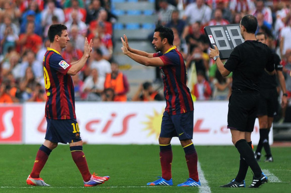 Lionel Messi leaving the pitch injured and being replaced by Xavi
