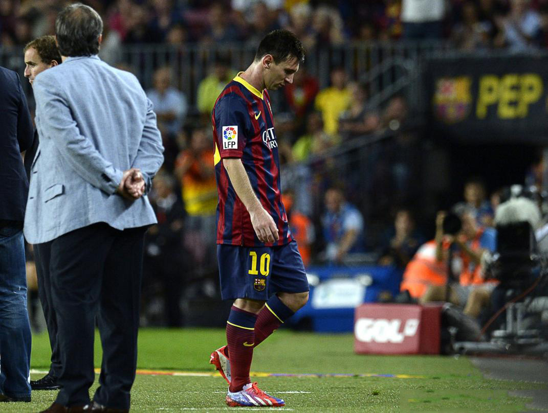 Lionel Messi walking off the pitch unhappy, after being substituted in Barcelona 2013-2014