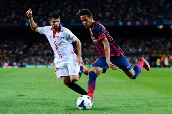 Neymar about to make a cross with his left foot, in Barcelona 3-2 Sevilla