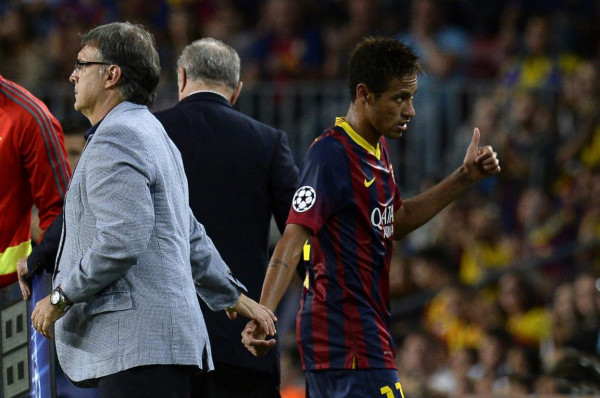 Neymar being comforted by Tata Martino, after being substituted in Barcelona