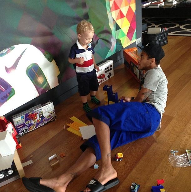 Neymar playing with his son