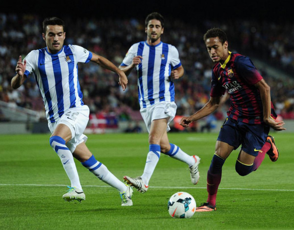 Neymar trying to beat an opponent in a sprint