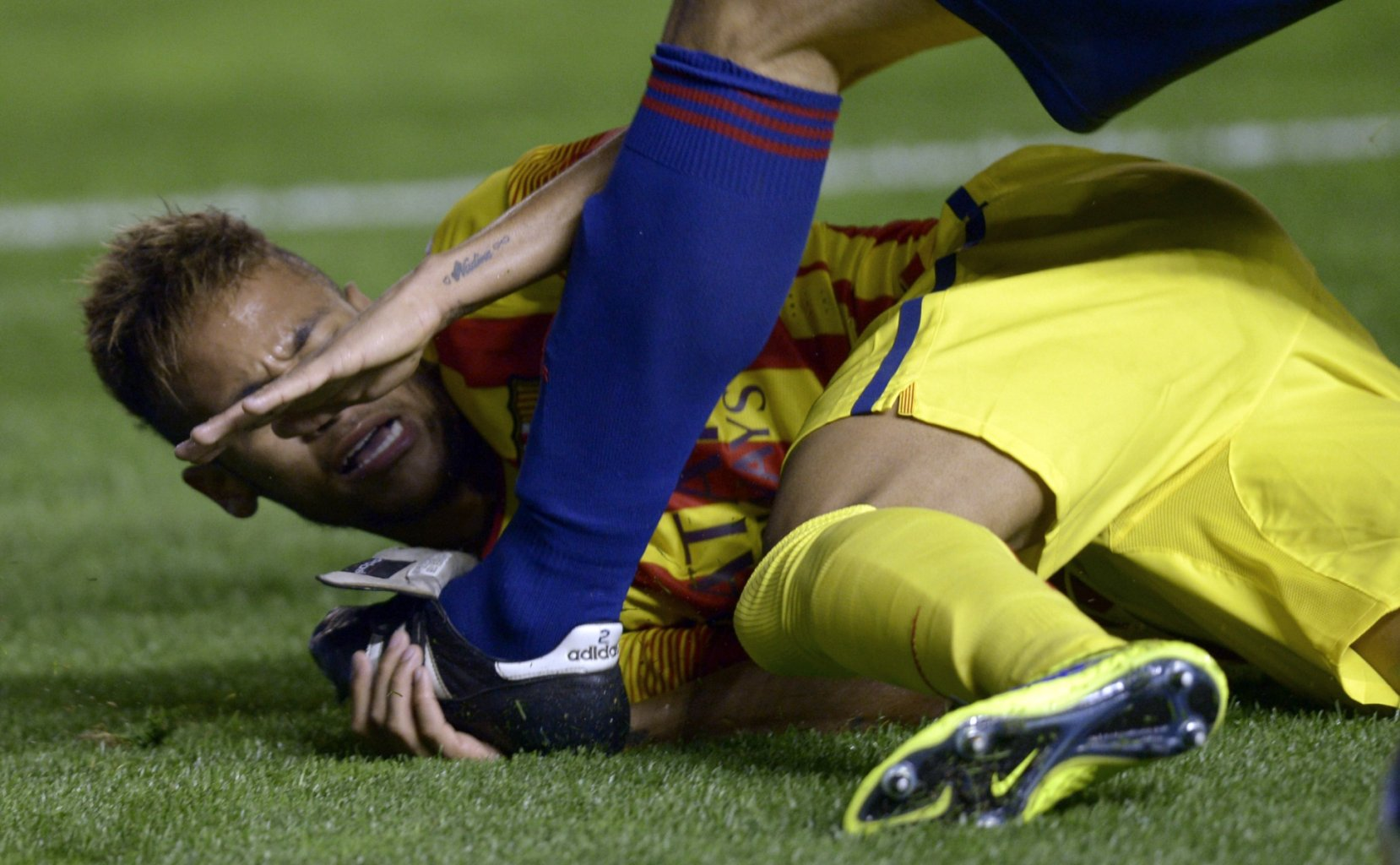 Neymar being stomped on his arm and hand against Osasuna