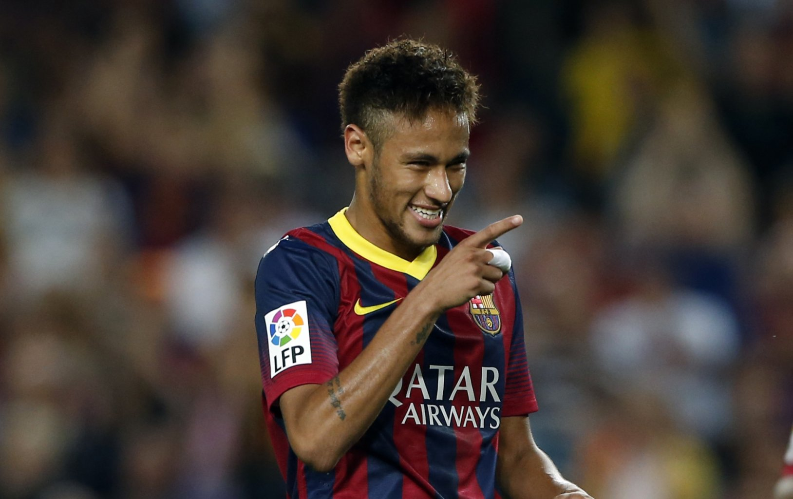 Neymar pointing to a Barcelona teammate
