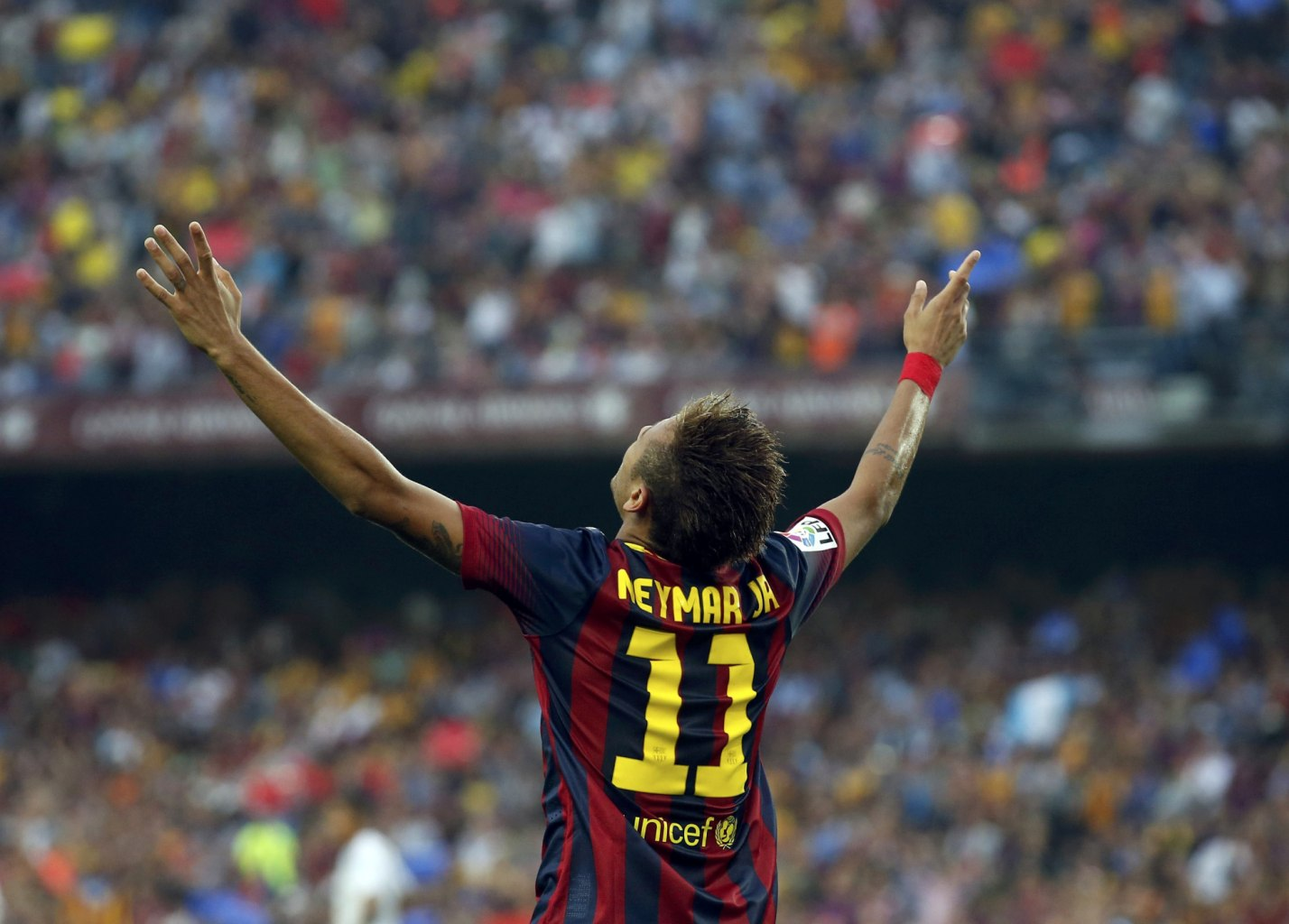 Neymar raising his two hands to the air, after scoring against Real Madrid