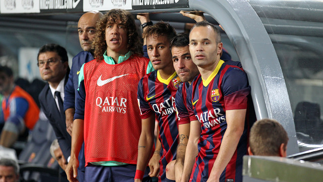 Puyol, Neymar, Fabregas and Iniesta, in Barcelona bench during the Clasico