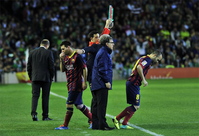 Lionel Messi being substituted by Iniesta