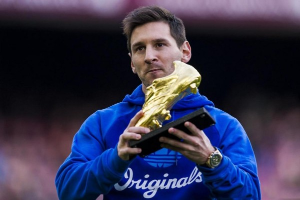 Lionel Messi showing the golden boot 2013 to the Camp Nou