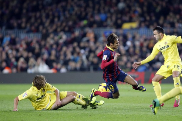 Neymar being tackled from behind, in Barcelona vs Villarreal
