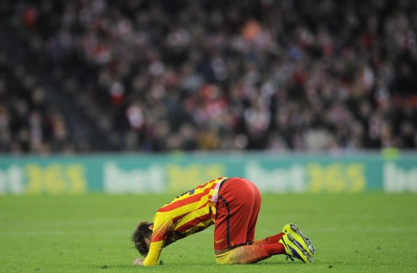 Neymar on his knees, crying in a Barcelona game