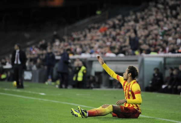 Neymar on the ground, complaining with the referee
