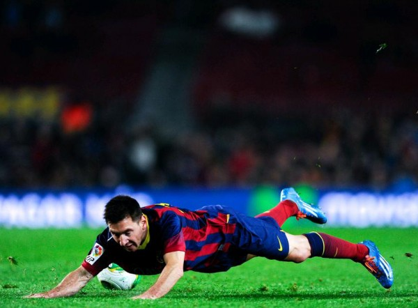 Lionel Messi falling to the ground, in Barcelona 2014