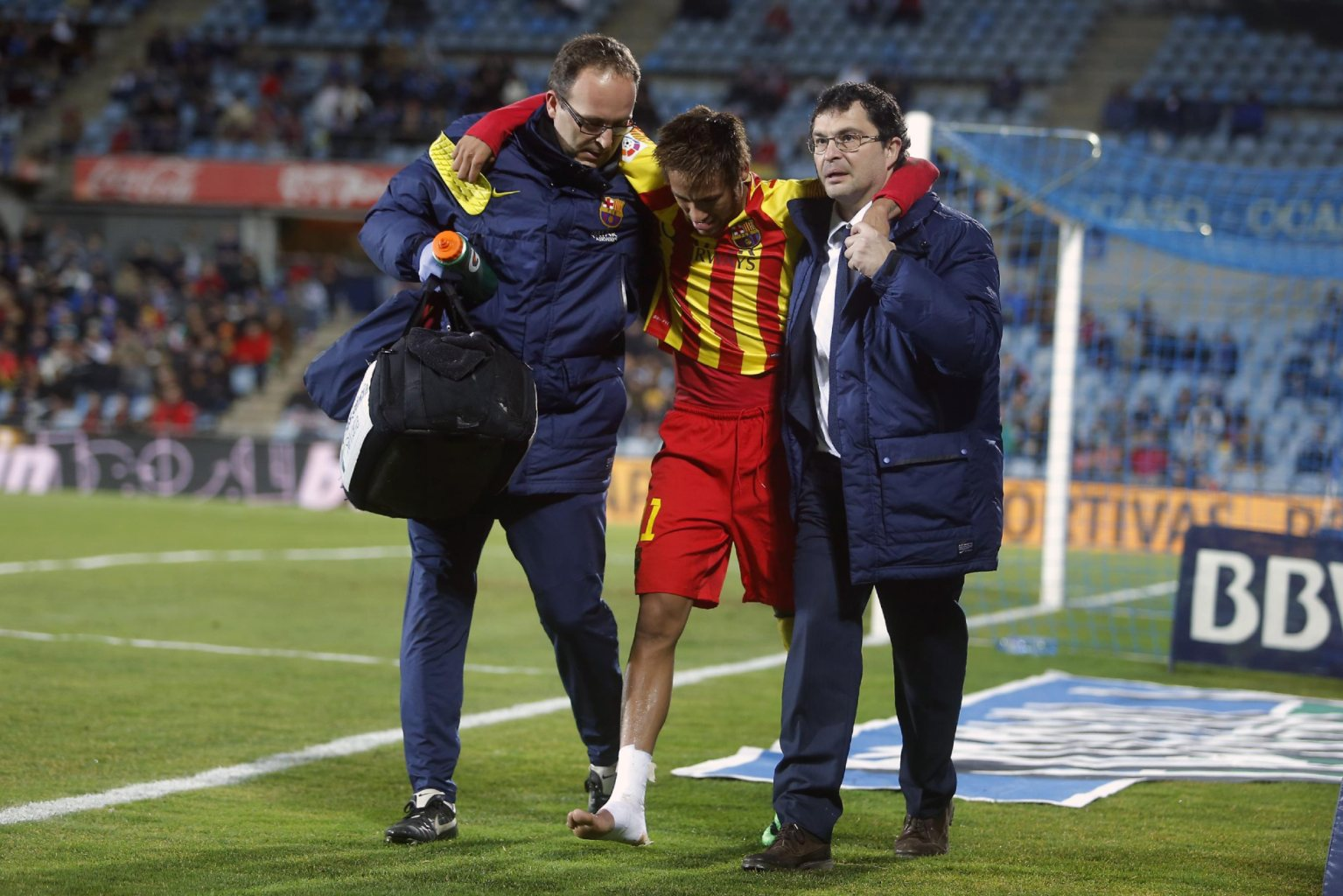 Neymar walking off the pitch after his injury, in Getafe vs Barcelona
