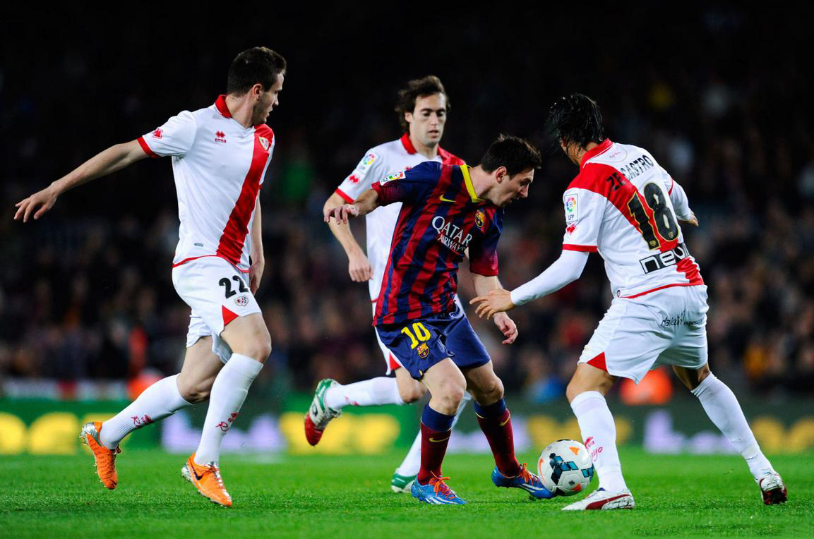 Lionel Messi dribbling several defenders