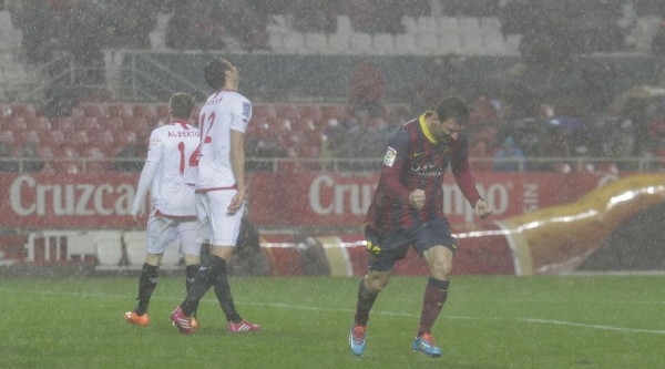Messi playing soccer in the rain