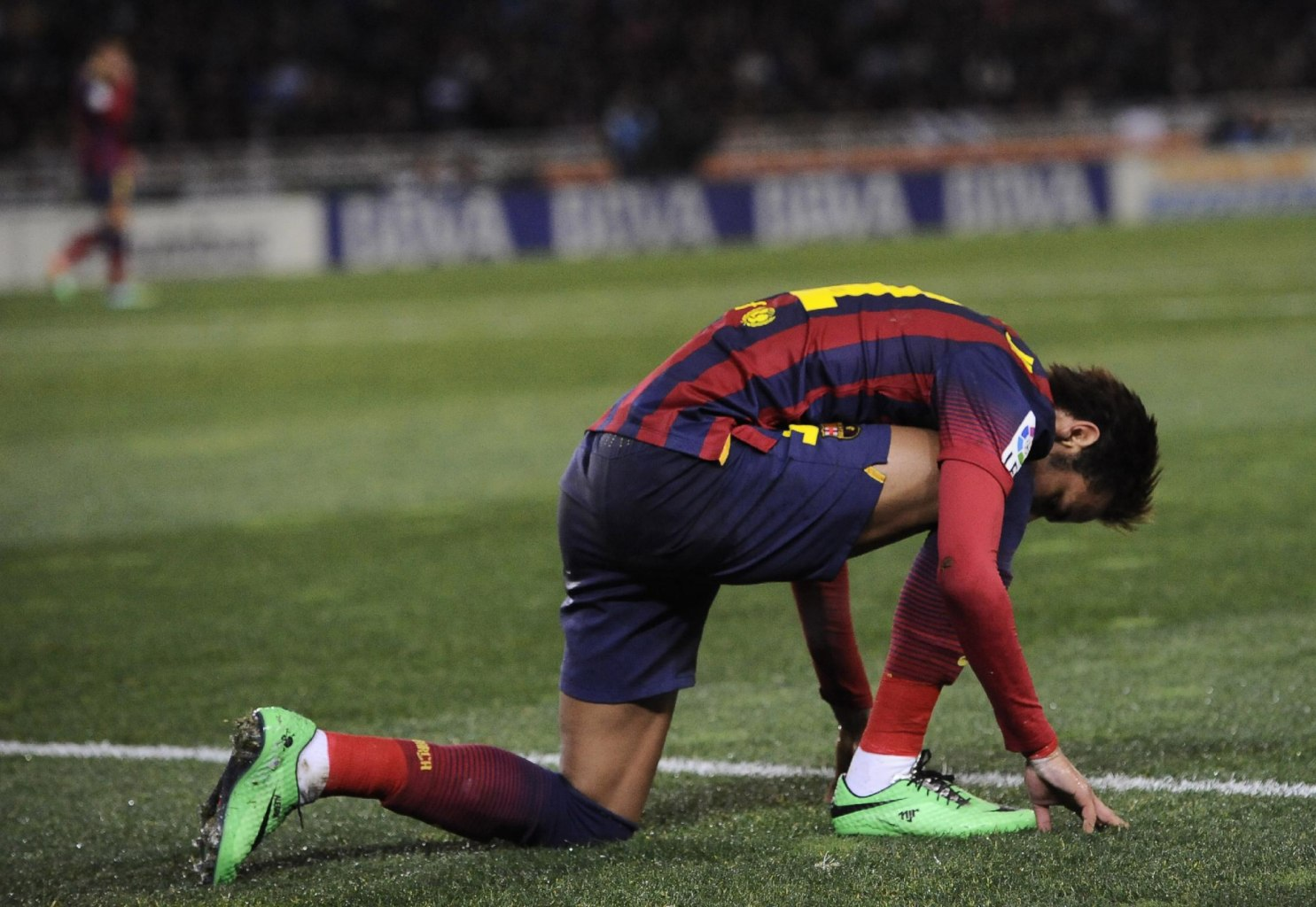 Neymar kneeling down in a Barcelona game
