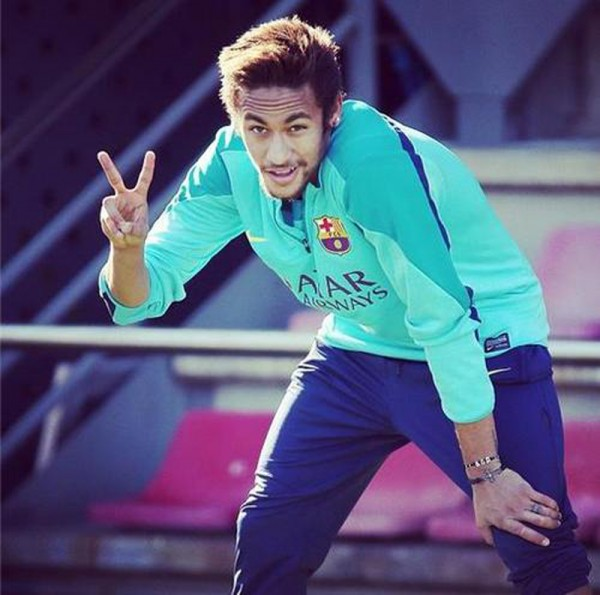 Neymar making the victory gesture, with his fingers