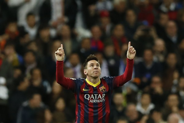 Lionel Messi raising his two fingers to the sky in Real Madrid vs Barça