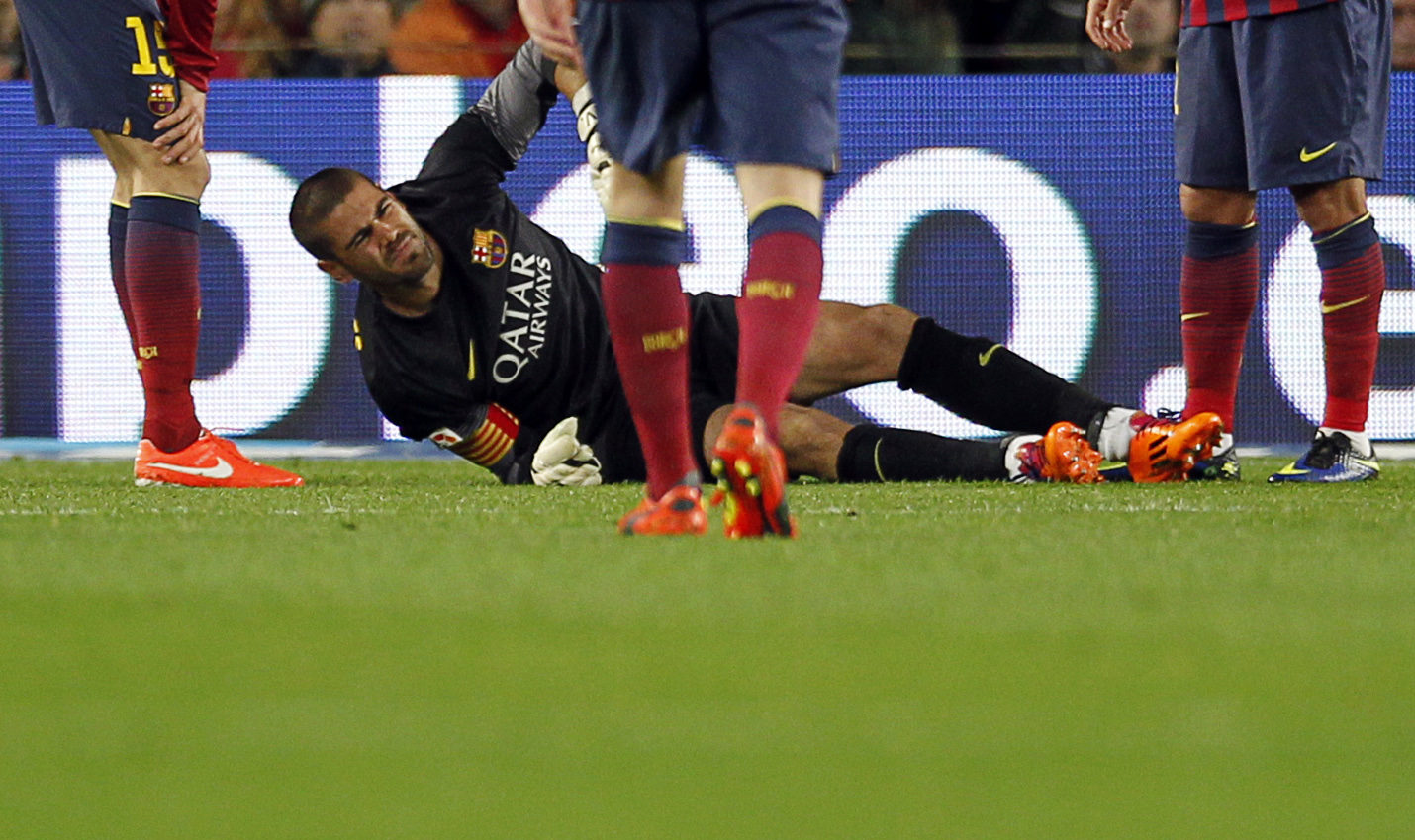 Victor Valdés knee injury, tearing his ACL in a football match