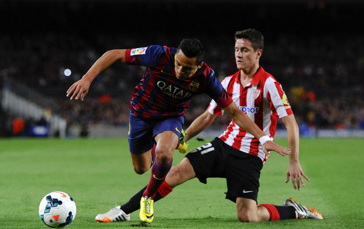 Alexis Sanchez dribbling an opponent in Barça vs Athletic