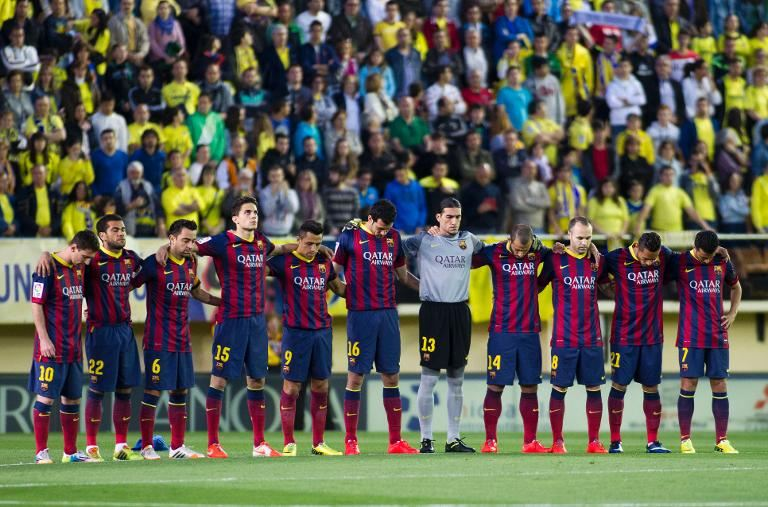 Barcelona players paying 1 minute of silence in respect of Tito Vilanova