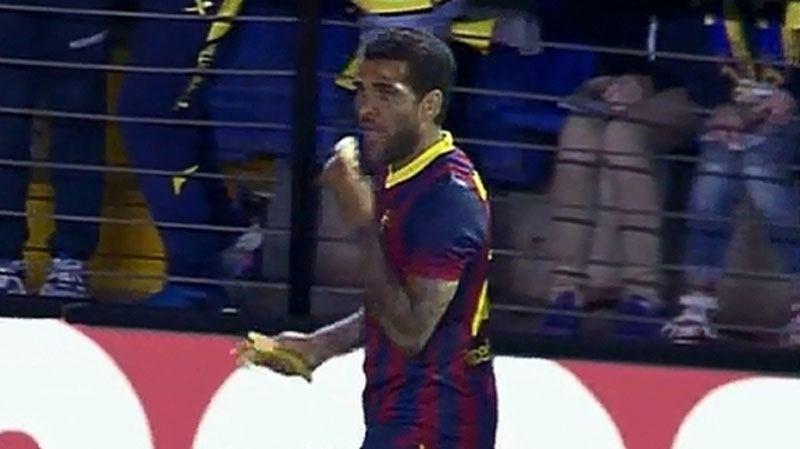 Daniel Alves eating a banana in Villarreal vs Barcelona in 2014