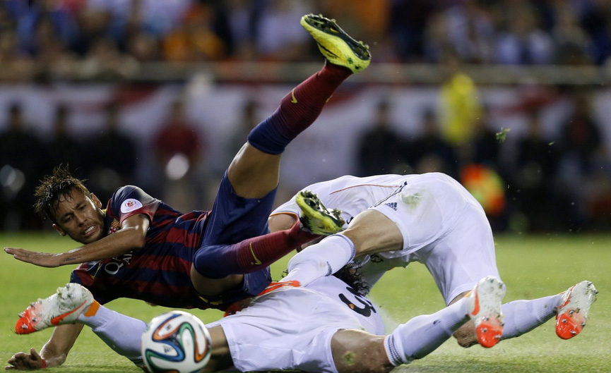 Neymar falling with two Real Madrid players