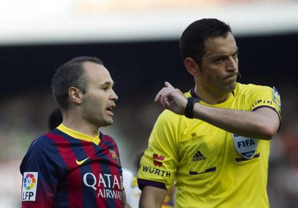 Iniesta complaining to the referee