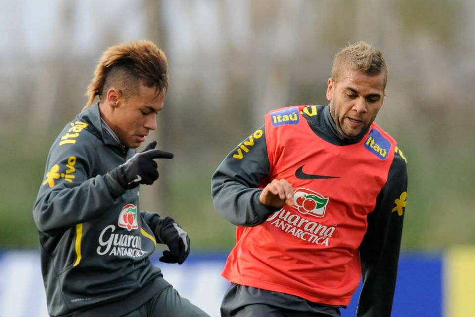 Neymar and Daniel Alves in a Brazilian National Team practice