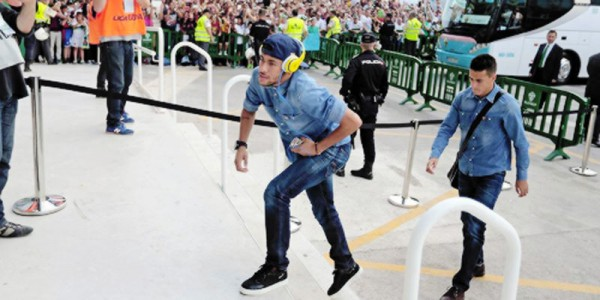 Neymar arriving to the stadium in great style