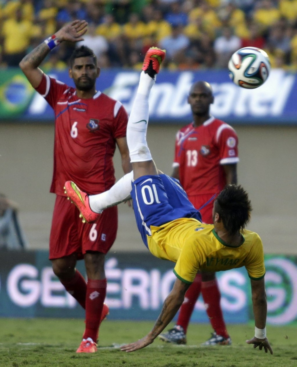 Neymar bicycle kick attempt in Brazil vs Panama