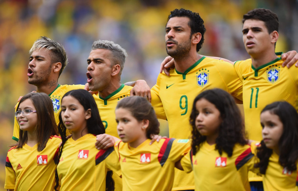 Neymar, Daniel Alves, Fred and Óscar singing the Brazilian National Anthem