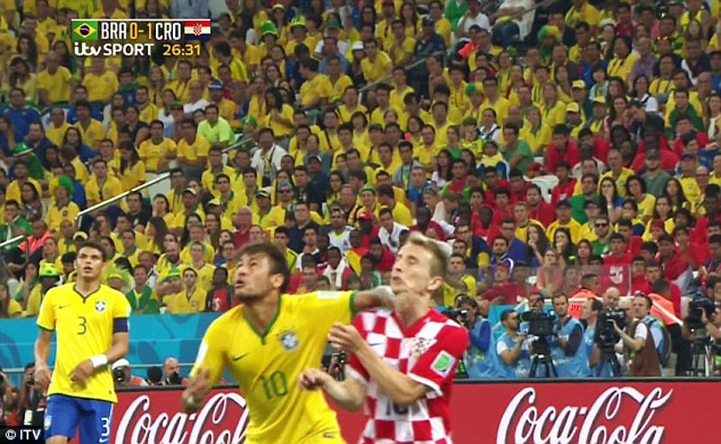 Neymar throwing his elbow at Luka Modric and being shown the yellow card