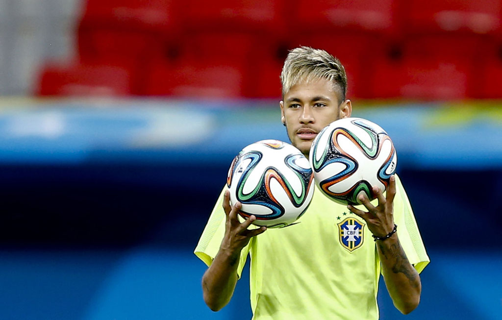 Neymar holding two balls in training