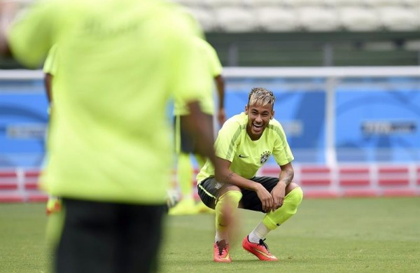 Neymar in training, with his hair dyed blonde