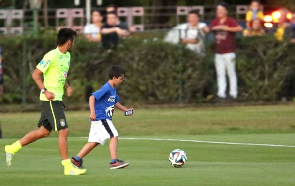 Neymar playing football with little kid far, after he had invaded the pitch