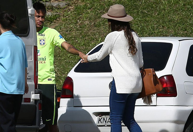Neymar pulling Bruna Marquezine away from TV cameras