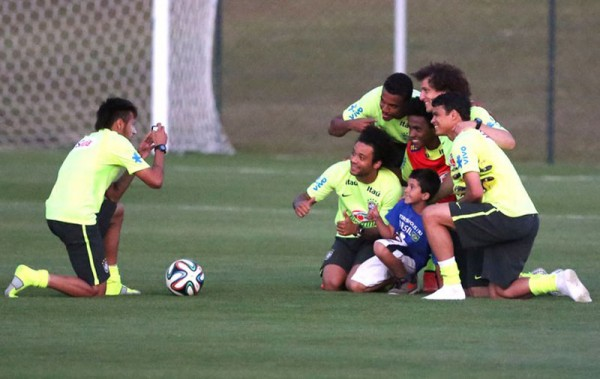 Neymar rescues pitch invader kid, in order to take photo with Brazil players