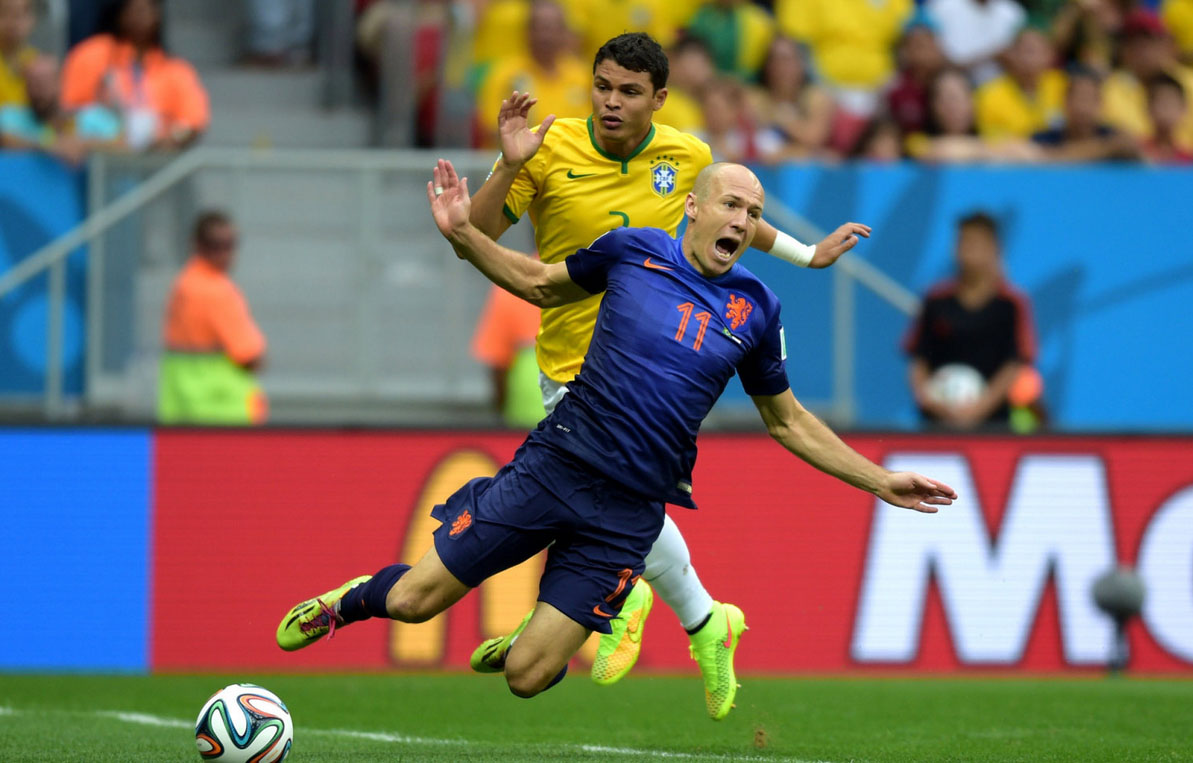 Arjen Robben theatrical dive in front of Thiago Silva