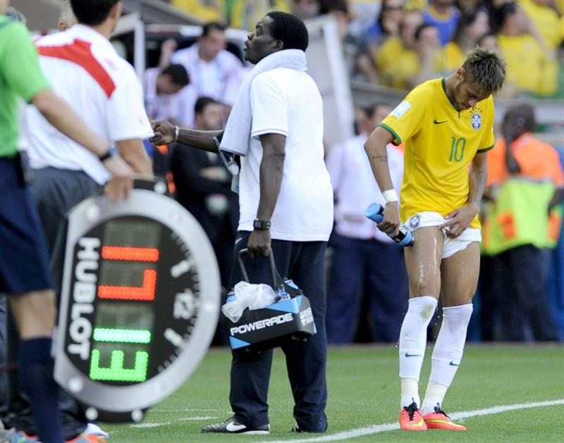 Neymar being assisted in his right leg thigh after a violent foul, in the side line of the field