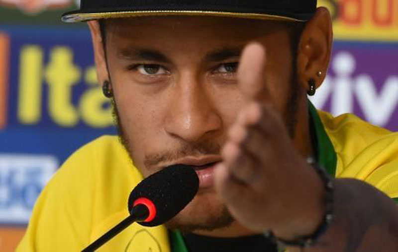Neymar discussing ideas with the journalists