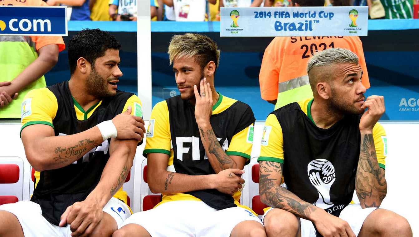 Neymar seating next to Hulk and Daniel alves, in the bench of Brazil vs Netherlands