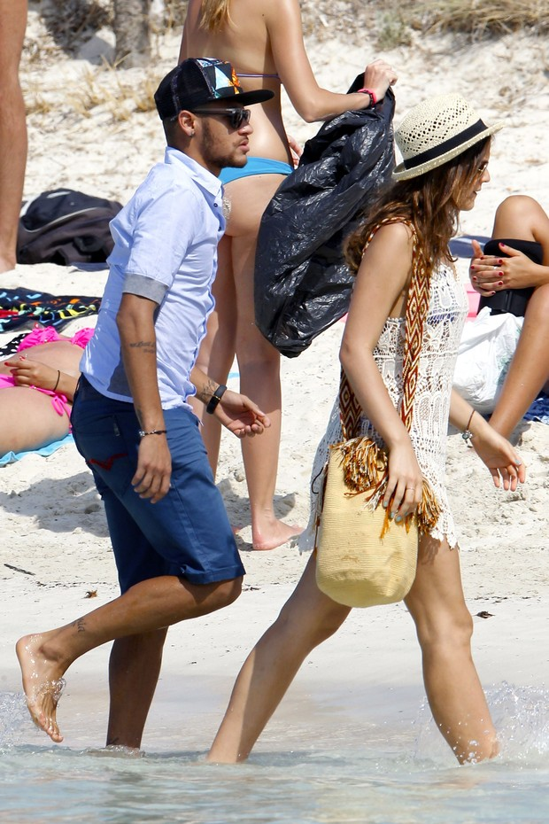 Neymar walking on the beach next to his girlfriend Bruna Marquezine, in the summer of 2014
