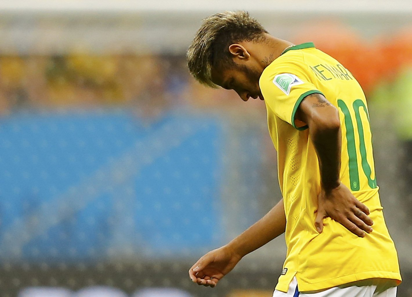 Neymar with pain on his back