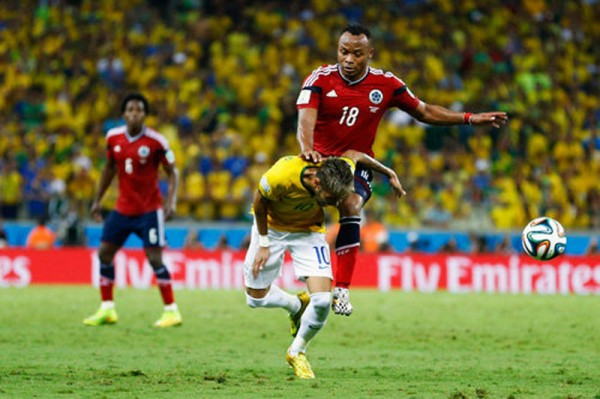 Zuniga injuring Neymar with a knee on his back
